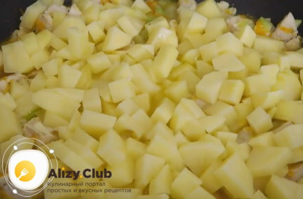 Более сытным будет рагу из курицы с картошкой и овощами.