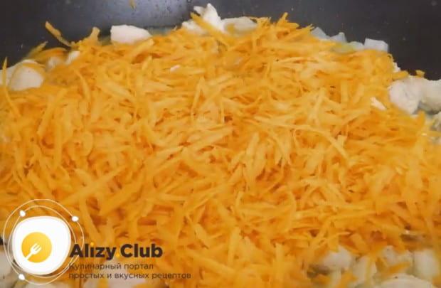 Трем на терке морковь и добавляем в сковороду.