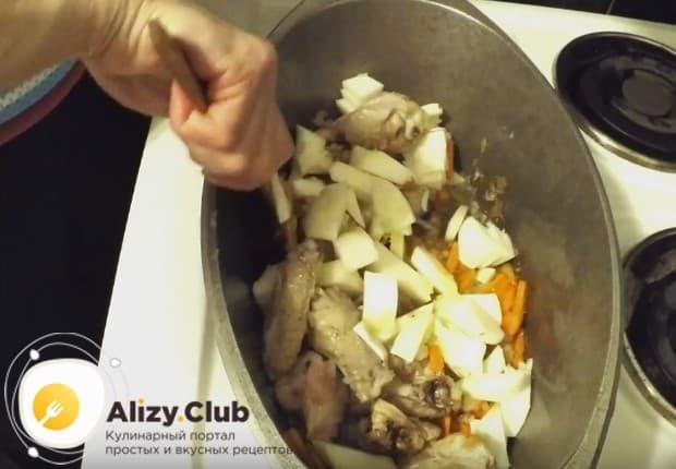 Далее добавляем в блюдо патисон, нарезанный кубиком.