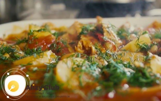 Рагу с курицей, приготовленное в мультиварке, подаем украшенным мелко нарубленной зеленью.