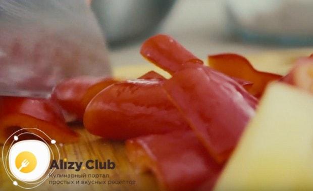 Чтобы приготоить овощное рагу с курицей в мультиварке, сразу нарезаем одинаковыми кусочками все компоненты.