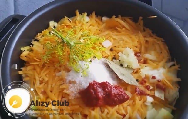 Приправляем блюдо солью, пряностями, томатной пастой.