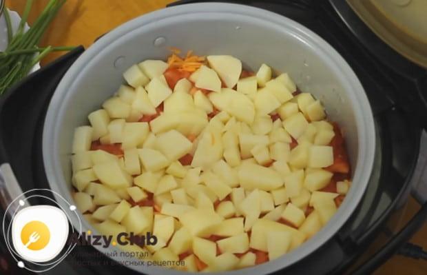 Последним слоем блюда делаем кусочки картофеля.
