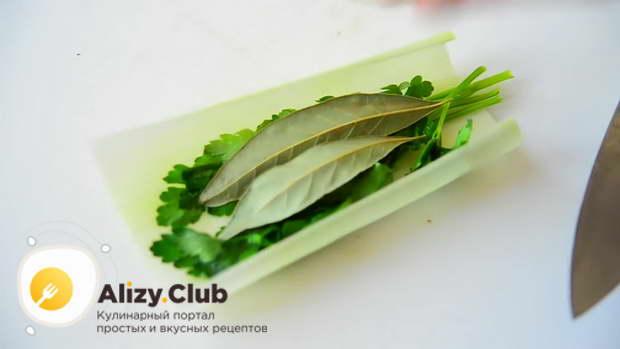 в один листик порея заверните по 3-4 стебелька петрушки и тимьяна
