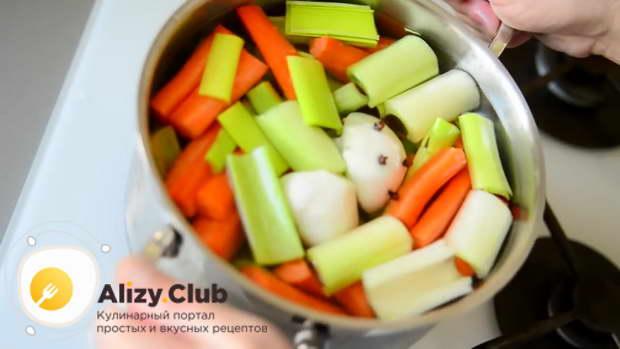 Нарезанные морковь, сельдерей, лук-порей, зубчики чеснока и луковицу с гвоздичками сложите в кастрюлю