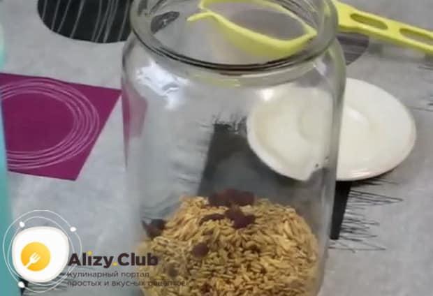Для приготовления кваса в домашних условиях по простому рецепту. положите крупу в банку.