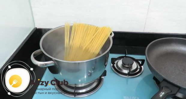 В кипящую воду кладем 200 грамм спагетти