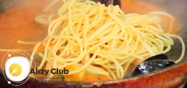 Варенные спагетти выкладываем на сковороду