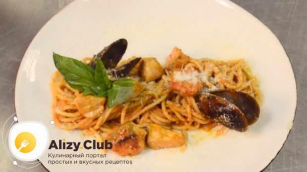 готовое блюдо выкладываем на тарелку, украшаем листьями базилика