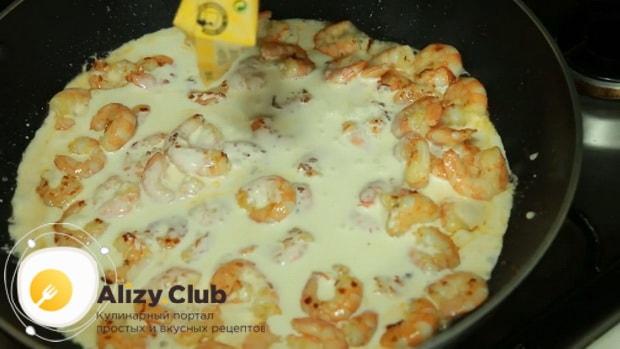 По рецепту, для приготовления пасты с креветками в сливочном соусе добавьте сливки