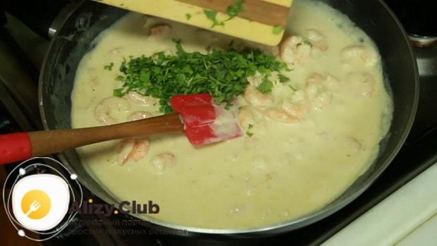 По рецепту, для приготовления пасты с креветками в сливочном соусе  нарежьте зелень