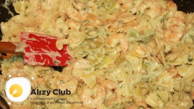 По рецепту, для приготовления пасты с креветками в сливочном соусе смешайте ингредиенты