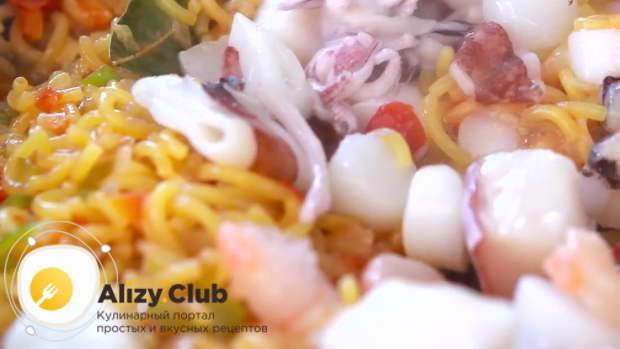 добавляем 150 г мороженного коктейля морепродуктов