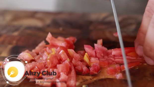 измельчаем томат кубиками