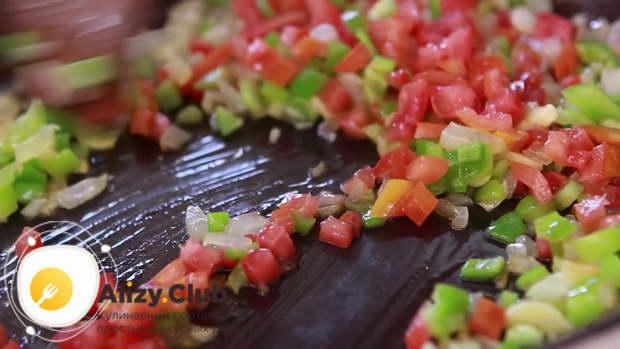Отправляем измельченный помидор в сковороду