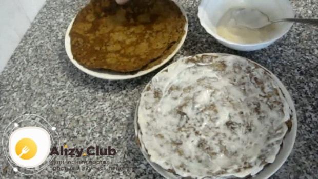 Для приготовления печеночного торта из говяжьей печени, по рецепту, смажьте коржи