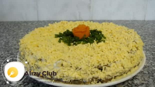 Для приготовления печеночного торта из говяжьей печени, по рецепту, натрите яйца
