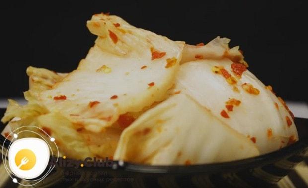 Готовить кимчи по-корейски по рецепту из пекинской капусты надо в перчатках, поскольку приправа для этого блюда ужасно острая.