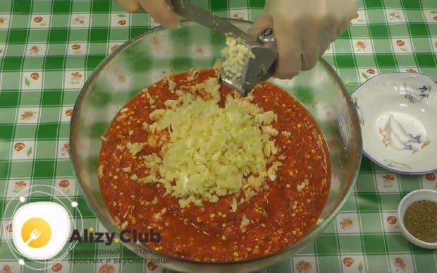 К смеси перцев выдавливаем головку чеснока.