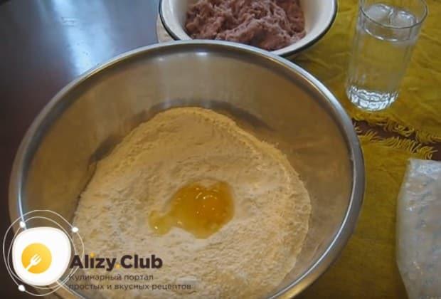 Тесто готовим на основе муки, яйца и ледяной воды.