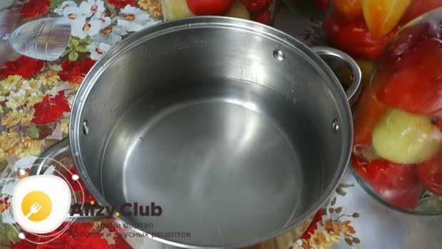 В кастрюлю наливаем 4 л чистой воды