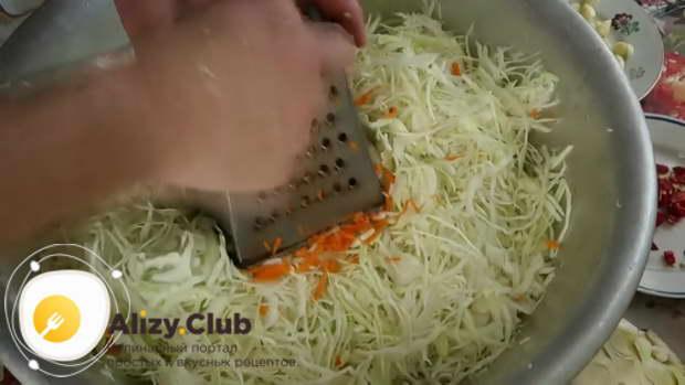 Также натираем 120 г моркови