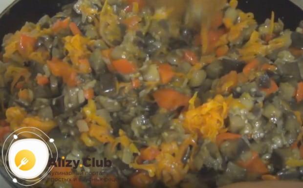 Перец и морковь добавляем к баклажанам и хорошо перемешиваем начинку.