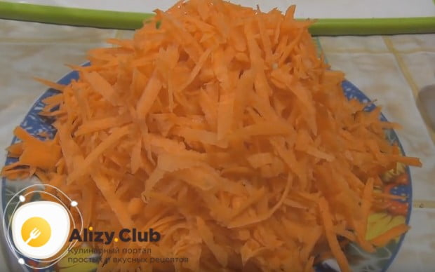 На крупной терке натираем морковь.