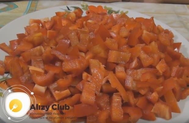 Режем мелким кубиком также перец для начинки.