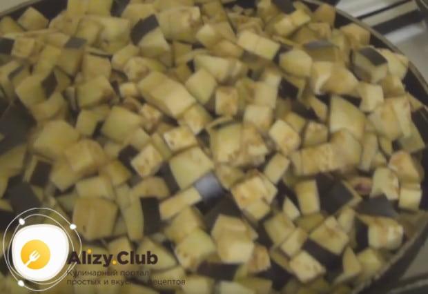 Нарезанные баклажаны обжариваем на сковороде.
