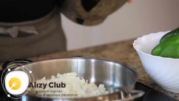 Наливаем на сковороду 65 мл растительного масла