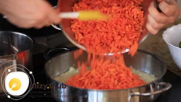 Затем добавляем измельченную морковь