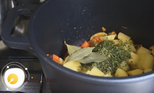 Выкладываем картошку в казан к овощам, добавляем лавровый лист и специи.