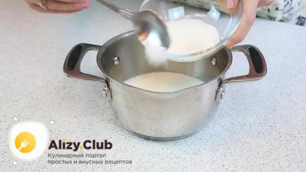 Вылейте в кастрюлю 150 мл молока и высыпьте в него 200 г сахара