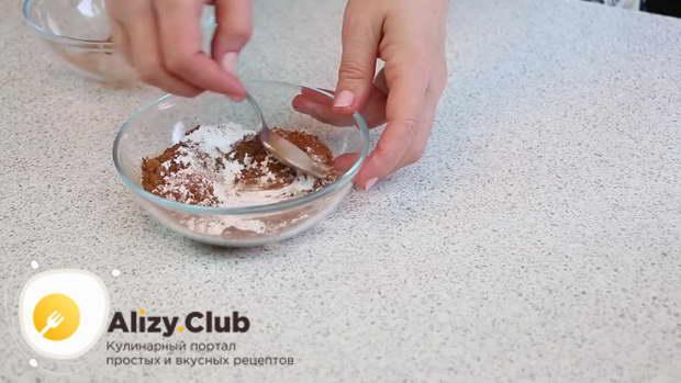 Смешайте 30 г сахарной пудры с 10 г порошка какао