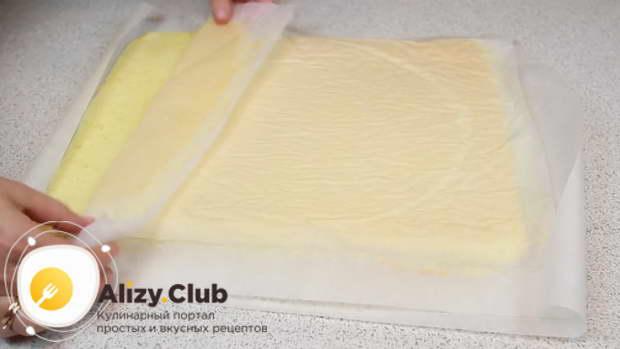 Выпекайте бисквит в духовке при 180 градусах примерно 15-20 минут