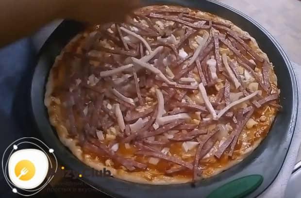 Выкладываем слой колбасы.