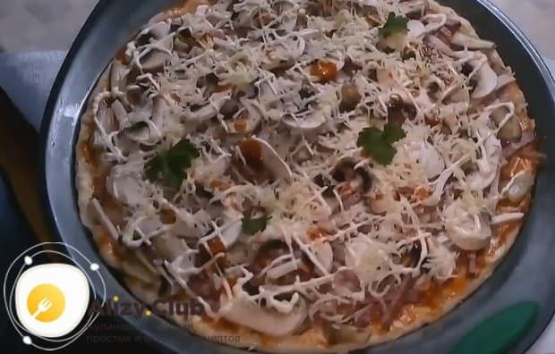 Блюдо можно сразу же украсить листиками петрушки.