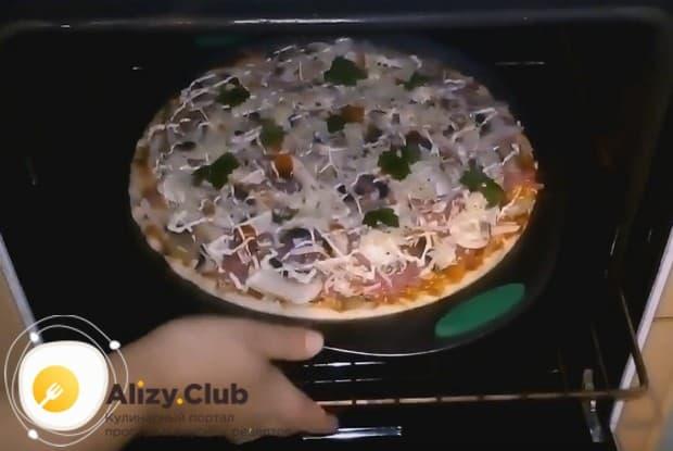 Отправляем пиццу в духовку.