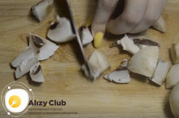 Шампиньоны в пиццу можно класть сырые или обжаренные.