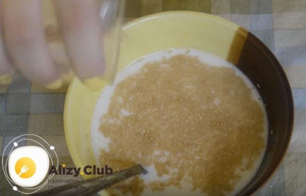 Подготовим опару: распускаем в теплом молоке дрожжи.