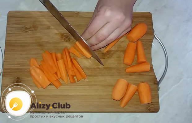 Очистите 500 г морковки