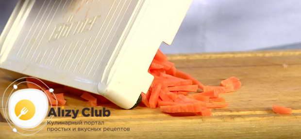 Морковь чистим и измельчаем с помощью терки