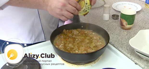 Добавляем пол чайной ложки соли и щепотку карри