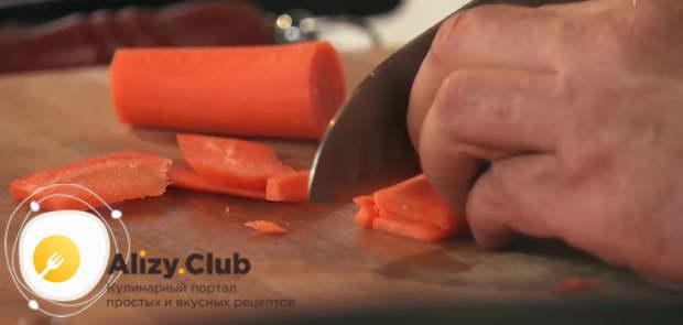 Для плова морковь лучше нарезать вручную