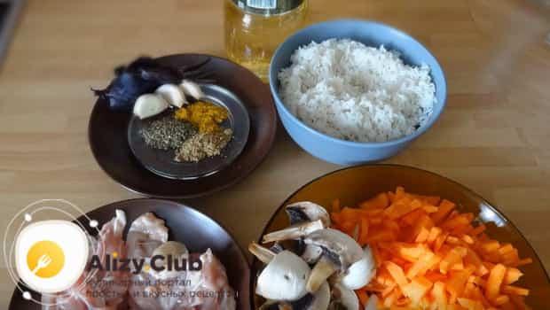 Режем лук, морковь и грибы