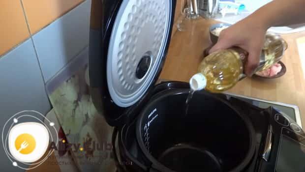 Наливаем растительное масло в чашу мультиварки