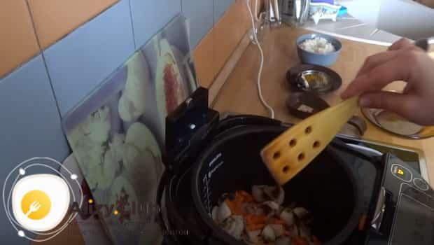 Обжариваем овощи в мультиварки и помешиваем лопаткой
