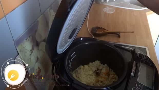 Добавляем рис в чашу мультиварки