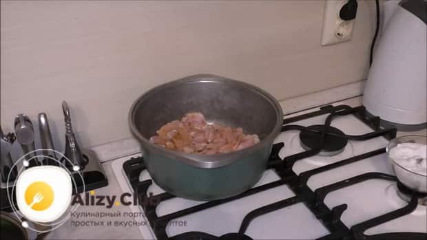 Для приготовления плова из перловки с мясом в казане, обжарьте мясо